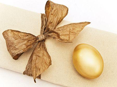 servilleta de papel: Servir de tabla de Pascua decorado con huevo de oro y de arco en la servilleta