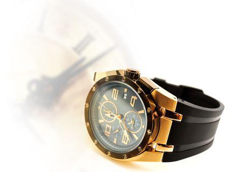 mans watch: reloj de hombre de lujo contra reloj vintage silueta. Copyspace para el texto  Foto de archivo