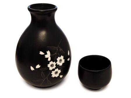 sake: Tradicional estilo oriental sake establece desde una taza de ahdbowl de la jarra.  Foto de archivo
