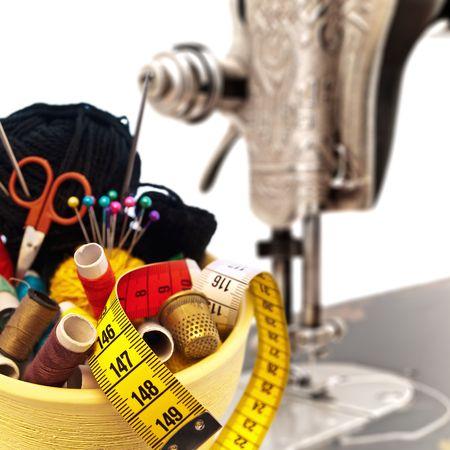 kit de costura: tejer diferentes elementos en el bote contra antigua m�quina de coser