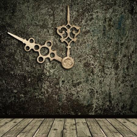 reloj antiguo: Foto del grunge abstracta shabby interior con reloj de oro de manos