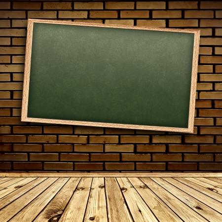 lavagna: Lavagna vuota scuola a muro di mattoni in interni con pavimento in legno  Archivio Fotografico