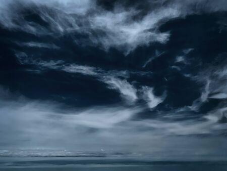 stormy-Nebel über dem Meer im winter
