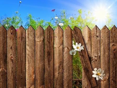 esgrima: valla de madera sobre el patio con sol y cielo