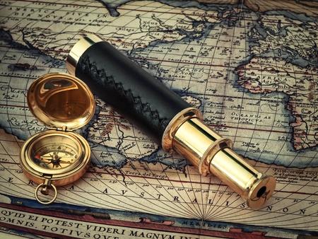 t�lescopes: voyage � th�me : t�lescope vintage et boussole � la carte antique (17 si�cle)