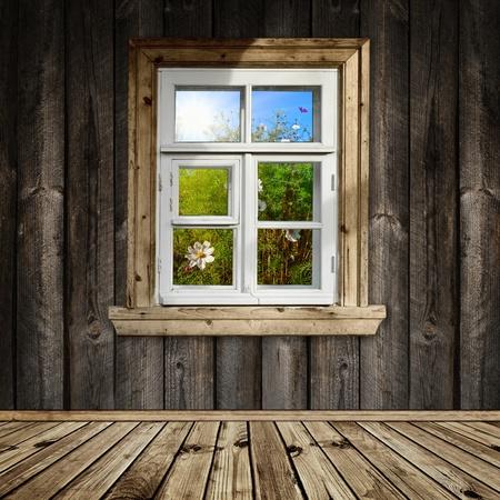 Camera in legno con una finestra si affacciano sul giardino  Archivio Fotografico - 9562605