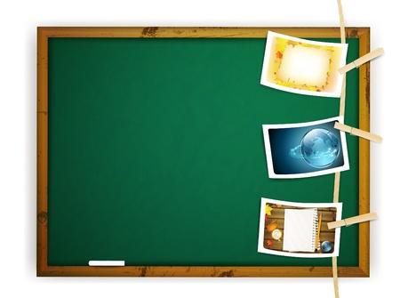 memory board: Colgar fotos educativas cubri� a una cuerda cerca de pizarra de la escuela en blanco