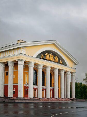 teatro antiguo: Un antiguo edificio del Teatro de la Ciudad en el día de lluvia