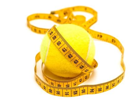cintas metricas: foto del metro de color amarillo a medida sobre el tenis-bal Foto de archivo