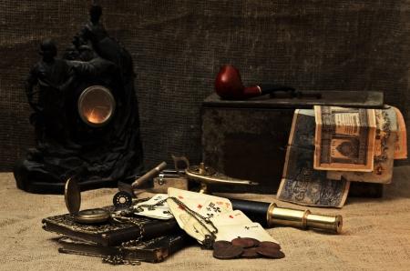 monedas antiguas: Naturaleza muerta en la luz de las velas con las cosas viejas