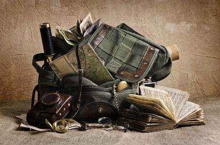 backpack: Naturaleza muerta con una mochila vieja y accesorios de viaje de los elementos utilizados para esta imagen del mapa - Año 1936 Creación de lanzamiento de 1940 Libro - La Biblia en la versión antigua de Letonia 18-19 del siglo