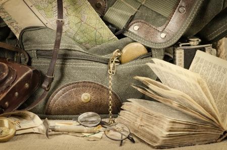 Travel Backpack: Naturaleza muerta con una mochila vieja y accesorios de viaje Foto de archivo