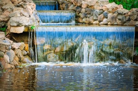 도시 공원에서 작은 물 폭포