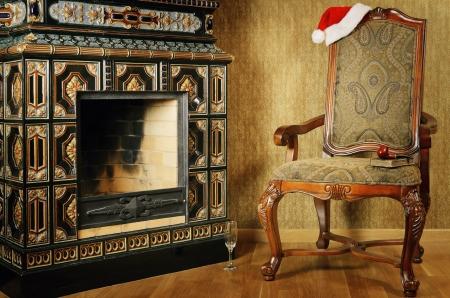 chimney corner: Antig�edades Antiguo sill�n con sombrero de Santa Claus junto a la chimenea
