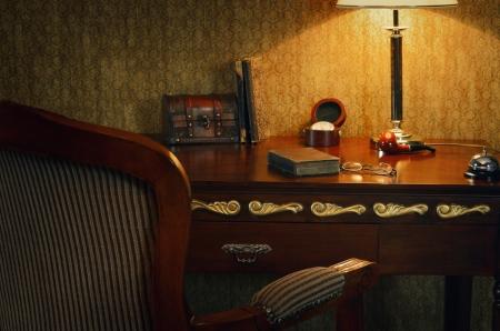 muebles antiguos: Gabinete naturaleza muerta en la suave luz de una l�mpara de escritorio Foto de archivo