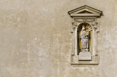 jungfrau maria: Statue der Jungfrau Maria und Christus-Kind In der Wand der Kirche, Prag, Tschechische Republik Installierte