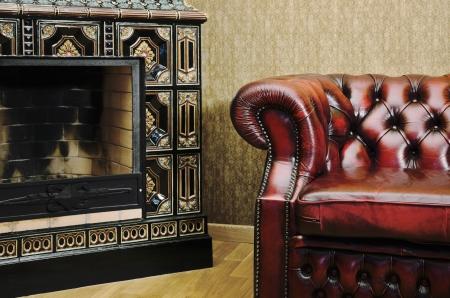 Veduta parziale della Casa con sedia e Camino Archivio Fotografico
