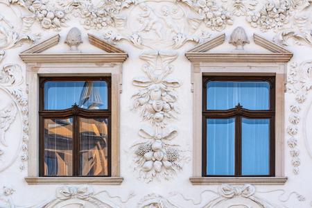 grecas: Cerrado ventanas de un edificio viejo en Presov, Eslovaquia