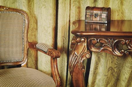 muebles antiguos fragmento del interior con muebles antiguos y coffret sobre la mesa