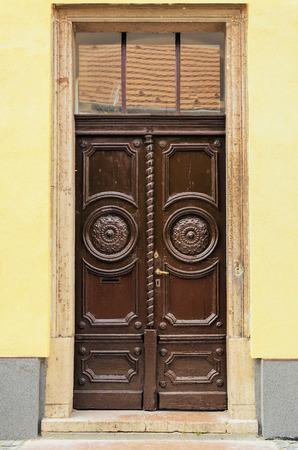 puertas antiguas: Puertas de madera viejas decorado con tallas Foto de archivo