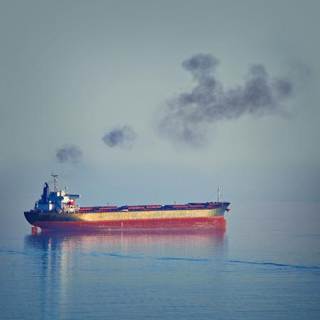 Fuming Bulk Carrier Schip in de Zwarte Zee op de avond