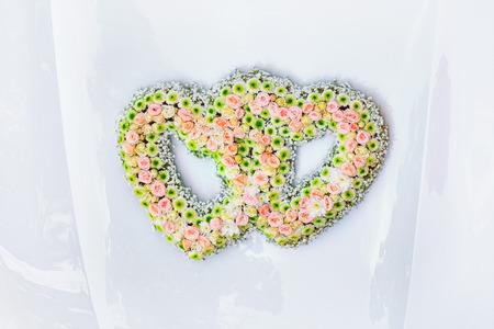 capote: Wedding Bouquet on the Car Bonnet Stock Photo