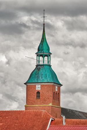 Kirchturm der Kirche über dem bewölkten Himmel;