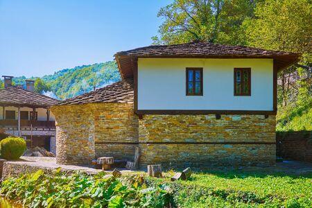 Huis op een heuvel helling in Gabrovo regio, Bulgarije. Stockfoto
