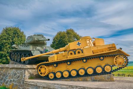 Soviet Tank verslaat de Duitse op het slagveld van de Tweede Wereldoorlog