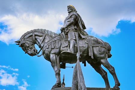 King Matthias Corvin Statue in Cluj-Napoca, Romania Редакционное