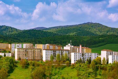 Quartier résidentiel de Bardejov devant les montagnes, Slovaquie