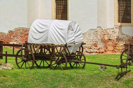 Covered Wagon in the Courtyard of Alba Carolina Citadel, Alba Iulia, Romania Stockfoto