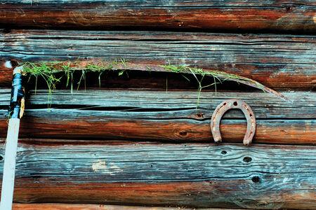 sense: Sense mit Gras auf einem h�lzernen Hintergrund Lizenzfreie Bilder