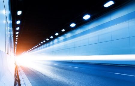 De tunnel nachts, de lichten vormde een lijn Stockfoto