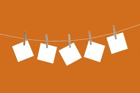 Blanco papier kaarten opknoping op wasknijpers