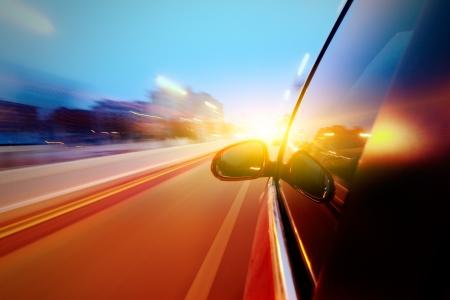 車の都市で高速ダウン運転
