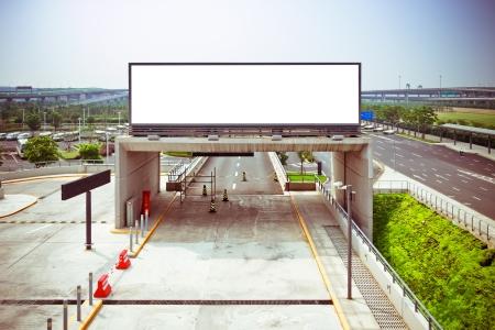 Blank Billboard in de luchthaven geschoten in Azië,