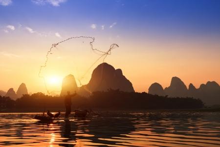 Boot met aalscholvers vogels, traditionele visserij in China gebruiken getrainde aalscholvers om te vissen, Yangshuo, China