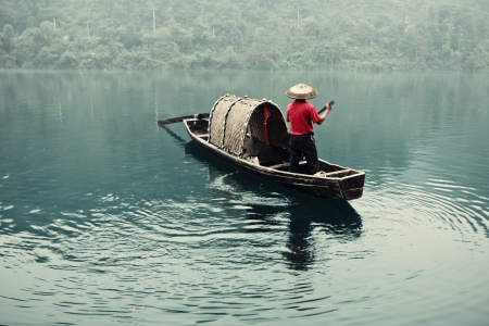 Small beautiful Dongjiang River landscape, the fishermen Standard-Bild
