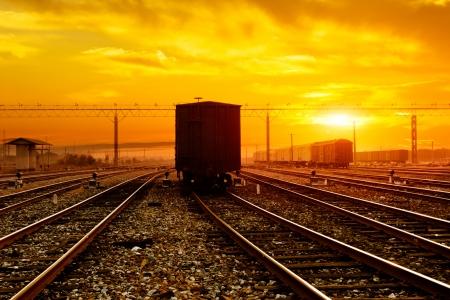reight trein langs op zonsondergang balk