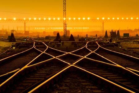 夕暮れ時にコンテナー貨物駅のプラットフォーム 写真素材