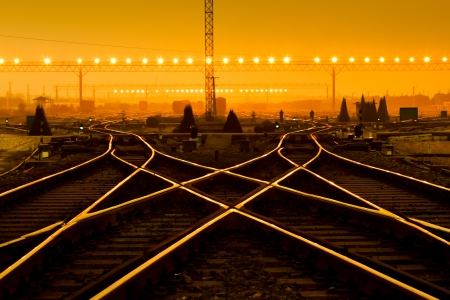 Güterzug-Plattform bei Sonnenuntergang mit Container Standard-Bild - 20601894