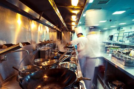레스토랑 주방에서 모션 요리사 스톡 콘텐츠