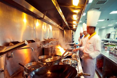 Chefs de movimiento de un restaurante de cocina Foto de archivo - 25670914