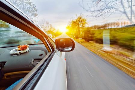 Een auto rijden op een snelweg bij hoge snelheden, Stockfoto