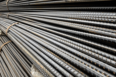 コンクリートを補強するために構造で使用される鋼鉄の棒のテクスチャ 写真素材