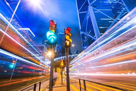 traffic signal: En una calle concurrida noche de Hong-Kong Foto de archivo