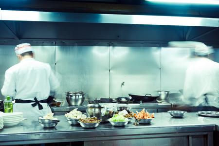 motion chefs in restaurant kitchen Standard-Bild