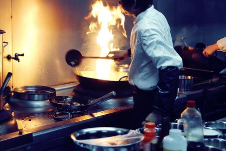 Chef di movimento di una cucina di un ristorante Archivio Fotografico - 34010842