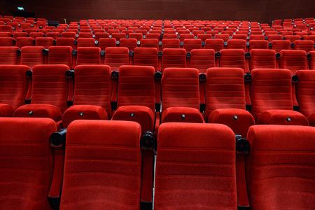 赤いシートで空の映画館